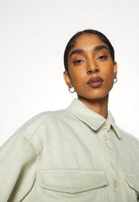 Monki - BENNIE - Skjorte - green dusty light - 3