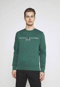 Tommy Hilfiger - LOGO  - Collegepaita - rural green - 0
