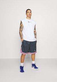 Karl Kani - SMALL SIGNATURE - Shorts - navy - 1