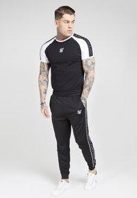 SIKSILK - FITTED PANEL TAPE TRACK PANTS - Pantalon de survêtement - black - 1
