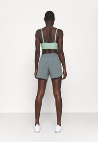 Nike Performance - TEMPO LUXE SHORT  - Pantaloncini sportivi - smoke grey/silver - 2