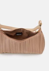 Pieces - PCFIFFA SHOULDER BAG - Handbag - warm sand/gold-coloured - 2