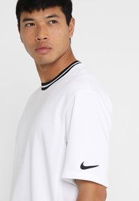 Nike Performance - DRY HOOP FLY - Print T-shirt - white/black - 4