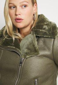 Missguided Plus - PLUS ENTRY FAUX LEATHER AVIATOR - Winter jacket - khaki - 5