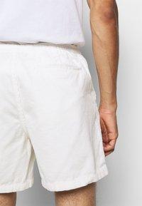 Polo Ralph Lauren - CLASSIC FIT PREPSTER SHORT - Shorts - warm white - 6