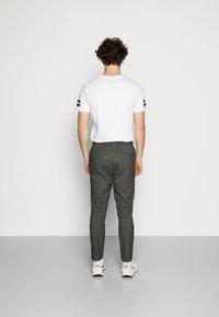 Only & Sons - ONSLINUS PANT CHECKS - Trousers - medium grey melange - 3