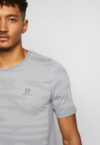 Salomon - CAMO TEE - T-shirt med print - alloy/heather - 3