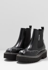KARL LAGERFELD - PATROL BROGUE CHELSEA BOOT - Plateaustiefelette - black/white - 4