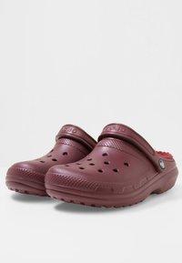 Crocs - Chanclas de baño - burgundy - 2