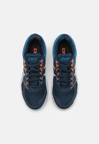 ASICS - UPCOURT GS UNISEX - Handball shoes - french blue/white - 3