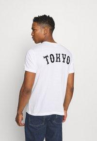 Champion Reverse Weave - CREWNECK TOKYO - T-shirts med print - white - 2