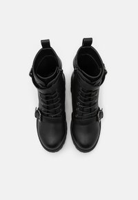 Rubi Shoes by Cotton On Wide Fit - WIDE FIT DUA LACE UP BUCKLE BOOT - Stivaletti texani / biker - black pebble - 5