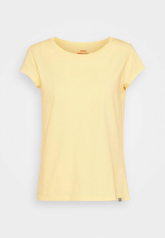 FAVORITE TEASY - T-shirts basic - pale banana