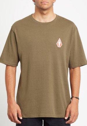 PRETTY STONED RLX SS - Camiseta estampada - military
