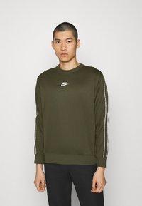 Nike Sportswear - REPEAT CREW - Long sleeved top - cargo khaki - 0