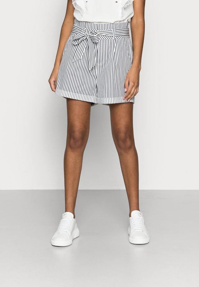 VMEVA PAPERBAG COT - Shorts - snow white/navy