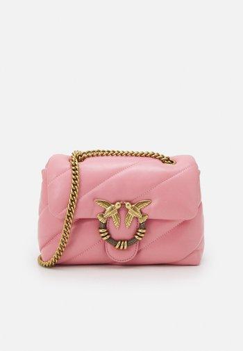 LOVE MINI PUFF MAXY QUILT - Taška spříčným popruhem - bubble pink
