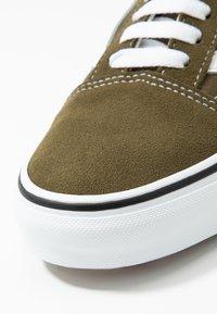 Vans - OLD SKOOL - Sneakersy niskie - beech/true white - 5