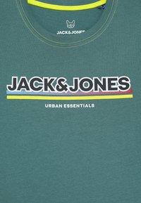 Jack & Jones Junior - JCOSHADE TEE CREW NECK - T-shirt med print - north atlantic - 2