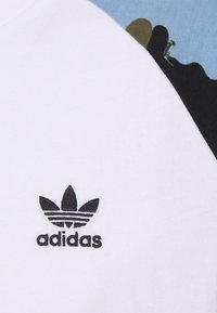 adidas Originals - CAMOUFLAGE CALIFORNIA GRAPHICS - T-shirt z nadrukiem - white - 2