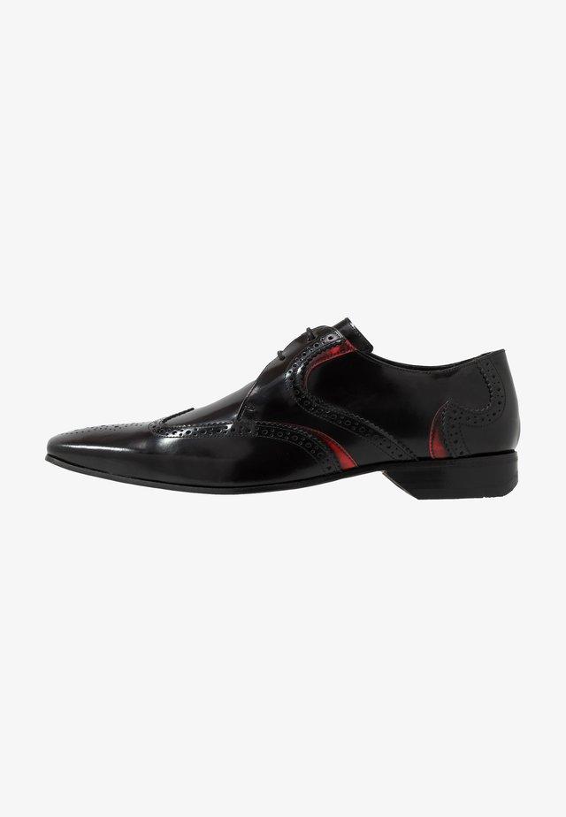 ESCOBAR WINGCAP - Oksfordki - college black/stroke red