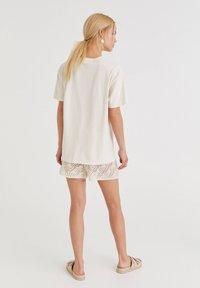 PULL&BEAR - VOLKSWAGEN BULLI - T-shirt con stampa - white - 2