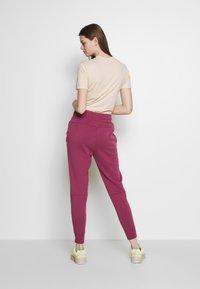 Nike Sportswear - W NSW TCH FLC PANT - Joggebukse - mulberry rose/white - 2