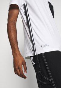 Cayler & Sons - YIN YANG SEMI BOX TEE - Print T-shirt - white/black - 3