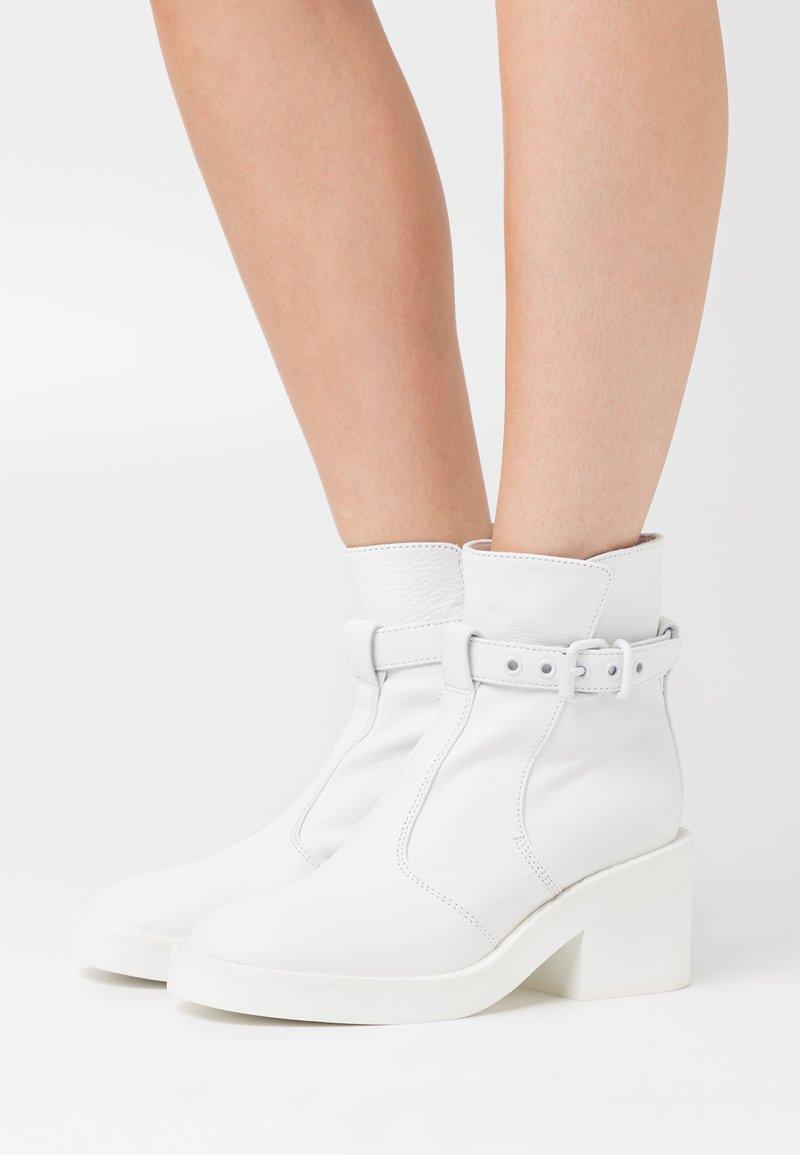 MM6 Maison Margiela - MATT  - Kotníkové boty na platformě - white