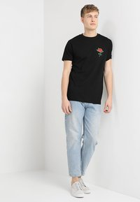 Mister Tee - ROSE TEE - T-shirt z nadrukiem - black - 1