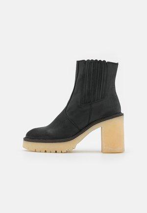JAMES CHELSEA BOOT - Botines de tacón - black