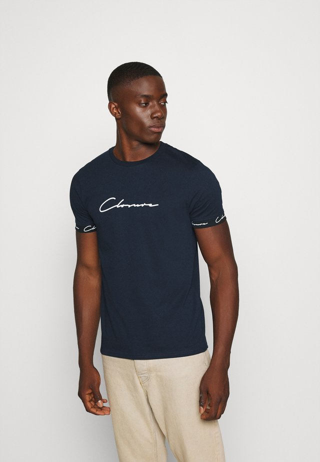 HIDDEN LOGO BAND TEE - T-shirt con stampa - navy