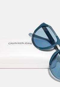 Calvin Klein Jeans - UNISEX - Sunglasses - matte crystal/teal - 2