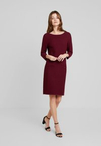 Esprit Collection - STRUCTURED - Strickkleid - garnet red - 1