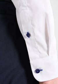 Pier One - CONTRAST BUTTON SLIMFIT - Chemise - white/blue - 4