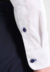 Pier One - CONTRAST BUTTON SLIMFIT - Shirt - white/blue - 4