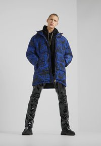 Versace Jeans Couture - LONG DOWN JACKET - Daunenmantel - black/blue - 1