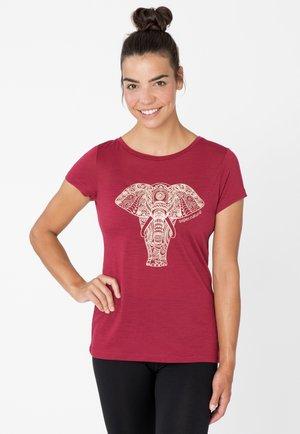 MERINO T-SHIRT W YOGA POWER ELEPHANT - Print T-shirt - rubinrot