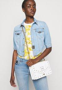 Versace Jeans Couture - LADY - T-shirt z nadrukiem - optical white - 3