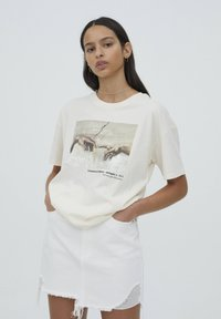 PULL&BEAR - T-shirt con stampa - beige - 0