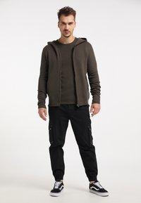TUFFSKULL - Zip-up hoodie - militär oliv - 1