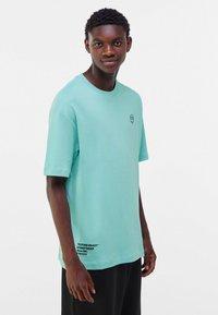 Bershka - OVERSIZED - Print T-shirt - turquoise - 0