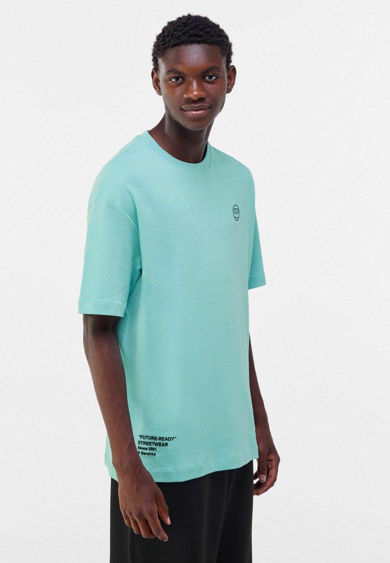 Bershka - OVERSIZED - Print T-shirt - turquoise