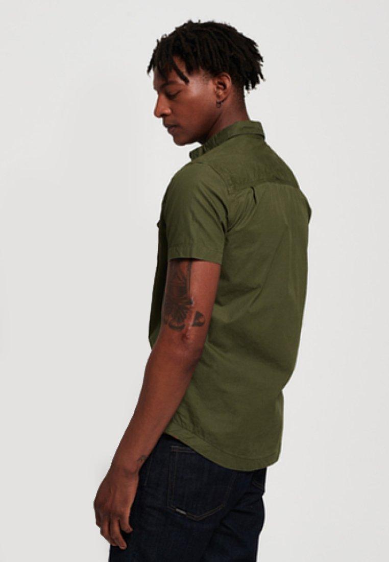 Klassinen Miesten vaatteet Sarja dfKJIUp97454sfGHYHD Superdry ROOKIE PARACHUTE LITE  Vapaa-ajan kauluspaita dark green