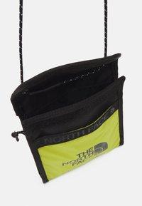 The North Face - BOZER NECK POUCH UNISEX - Across body bag - sulphur spring green - 2