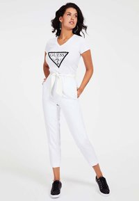 Guess - LOGO TRIANGULAIRE STRASS - T-shirt imprimé - blanc - 1