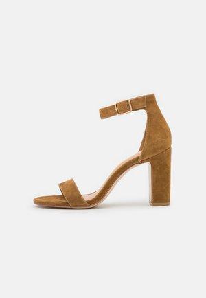 Sandaler med høye hæler - tan