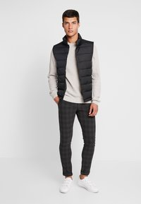 Jack & Jones PREMIUM - JJIMARCO JJCONNOR CHECK - Chino - dark grey