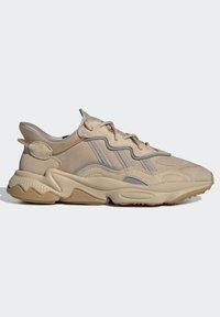 adidas Originals - OZWEEGO UNISEX - Trainers - stpanu/lbrown/solred - 7