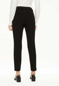 comma - MIT REISSVERSCHLUSS-DETAIL - Trousers - black - 2